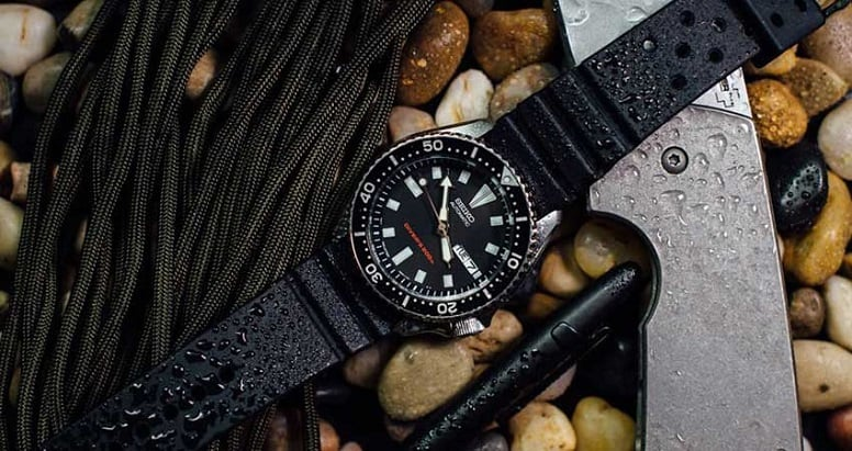 survival watch with kit